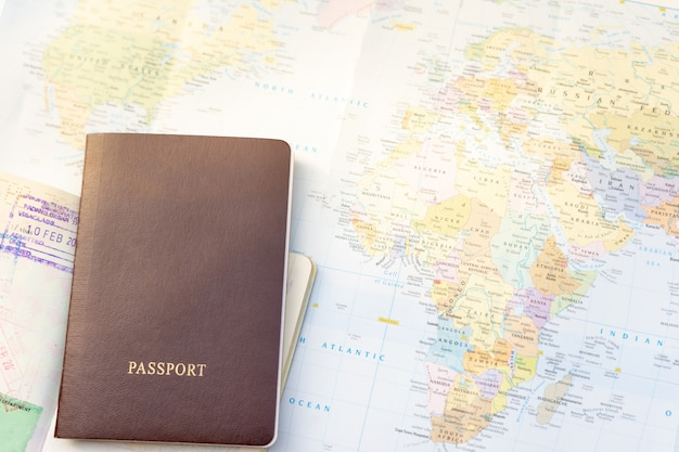 Passaporte no mapa do mundo.