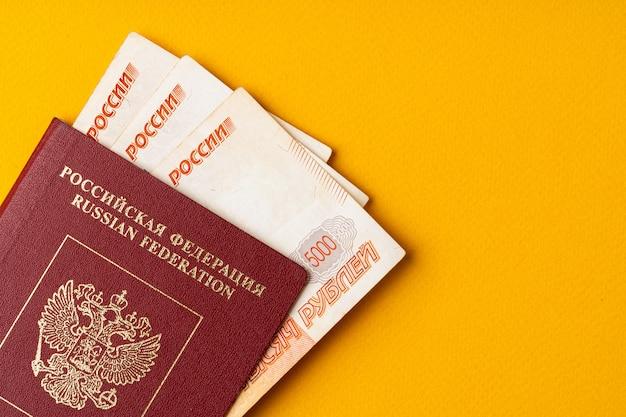 Passaporte russo com dinheiro dentro, rublos russos