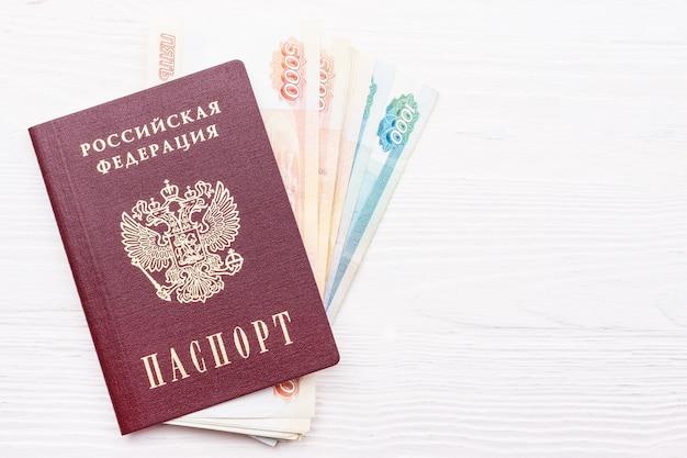 Passaporte russo com dinheiro