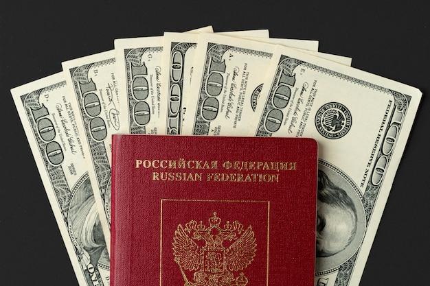 Passaporte russo com notas de dólar dentro