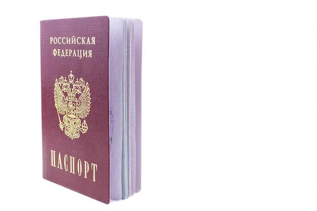 Passaporte russo sobre fundo branco
