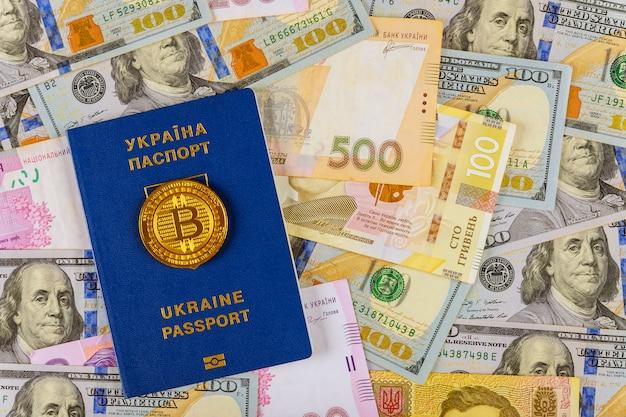 Passaporte ucraniano com dinheiro dólares e hryvnia, close-up vista superior finanças