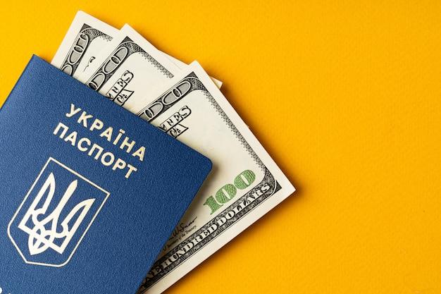 Passaporte ucraniano com pilha de dólares americanos dentro