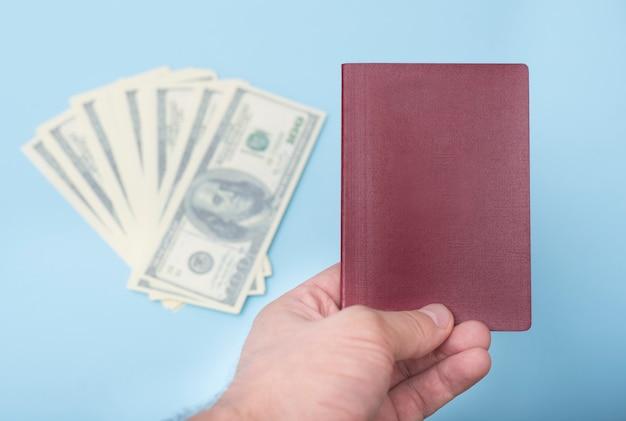 Passaporte vermelho vazio na mão do homem
