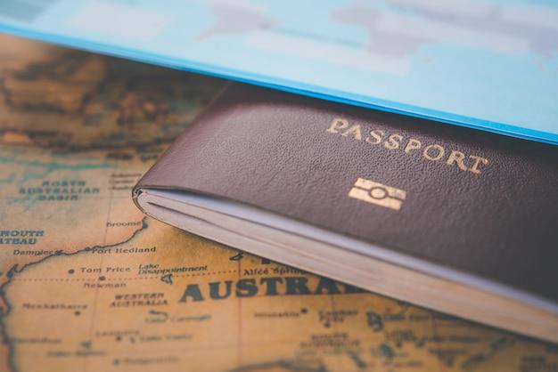 Passaportes colocados no conceito de mapa do mundo viagem