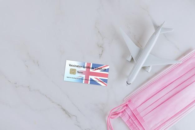 Passaportes de vacinação para viagens devido à pandemia covid 19 com máscara sanitária facial com cartão de imunocertificação.