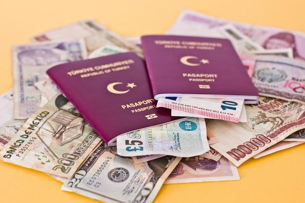 Passaportes estrangeiros e dinheiro de diferentes países europeus