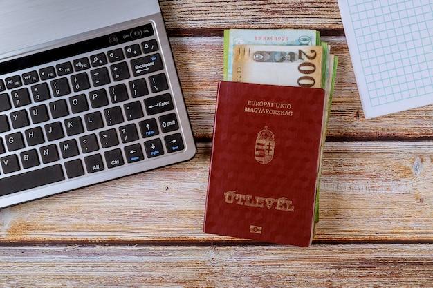 Passaportes húngaros e notas diferentes de forints húngaros com teclado de computador
