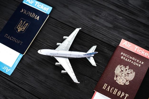 Passaportes ucranianos e russos, conceito de transporte de passageiros de modelo de aeronave entre a ucrânia e a rússia tradução: - ucrânia. passaporte, federação russa