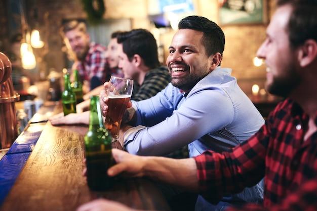 Passar momentos de lazer no pub