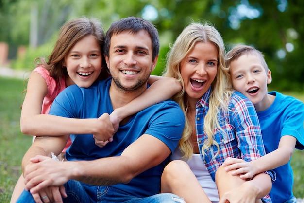 Passar o tempo família feliz junto na natureza verde