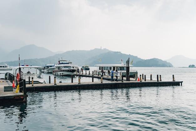Passarela de madeira a liderança para o barco em sun moon lake.