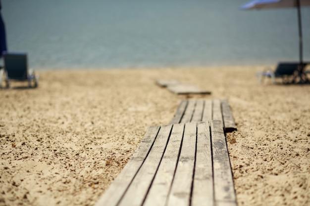 Passarela de madeira na praia