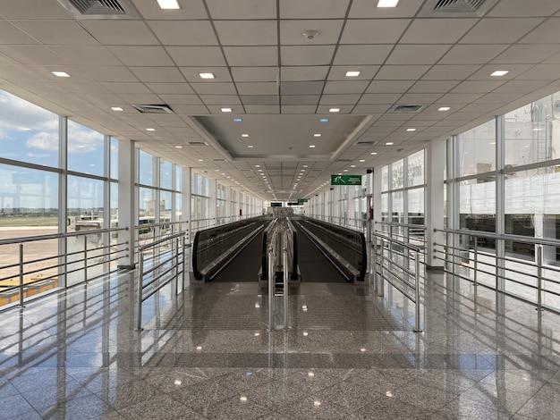 Passarela móvel dentro do aeroporto