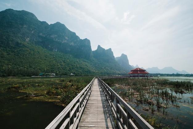 Passarela no pântano de piscina com paisagem de montanha