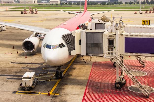 Passarela para passageiros embarcando avião estacionado no aeroporto internacional de don muang