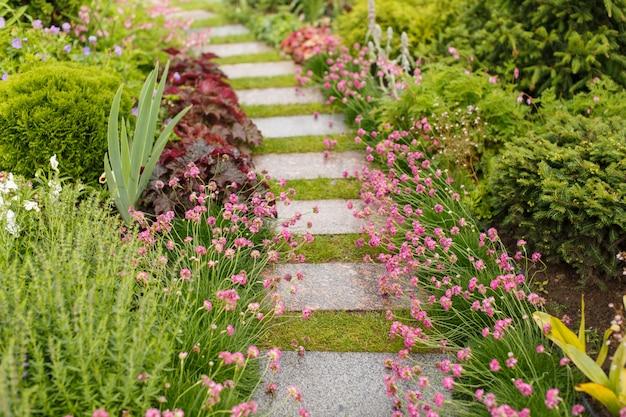 Passarelas de jardim feitas de lajes de pavimentação