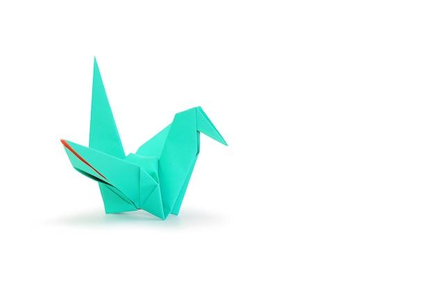 Pássaro de origami isolado no fundo branco do estúdio. imagem com trajeto de recorte e espaço de cópia