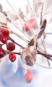 Pássaro e bagas de outono