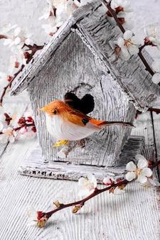 Pássaro e casa de passarinho