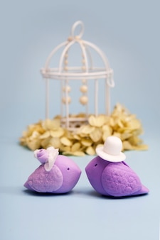 Pássaros elegantes como símbolo de um casal de noivos. conceito de cerimônia de casamento