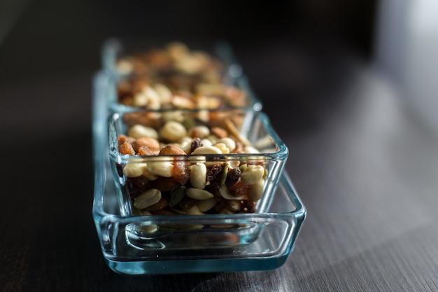 Passas, amendoim e pistache em taças de vidro elegante