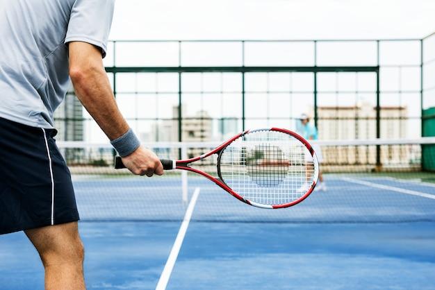 Passatempo ostentando do balanço da raquete de tênis que joga o conceito
