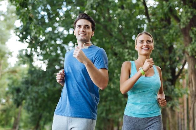 Passatempo saudável. casal alegre e esportivo sorrindo enquanto praticava esportes