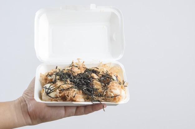 Passe segurar, takoyaki, um, bola farinha, enchido, com, polvo, japoneses, alimento rua