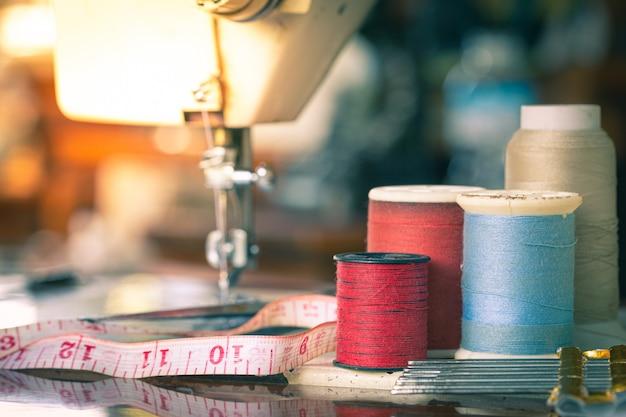 Passe uma fita de pano em uma máquina de costura