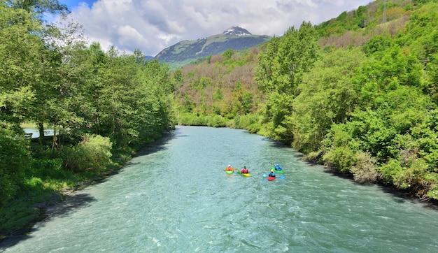 Passeie de canoa em um rio cruzando uma floresta no vale da tarentaise, nos alpes franceses