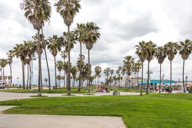 Passeio à beira-mar na praia de venice, em los angeles, famosa praia na califórnia