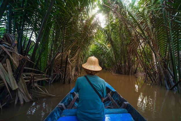 Passeio de barco na região do delta do rio mekong, ben tre, vietnã