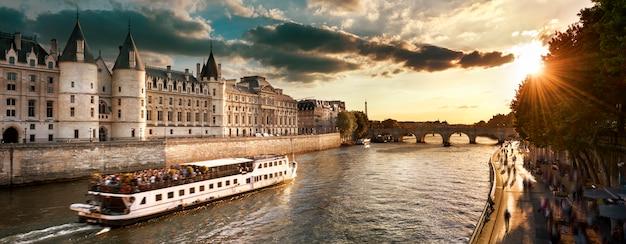 Passeio de barco no rio sena em paris com o pôr do sol. paris, frança