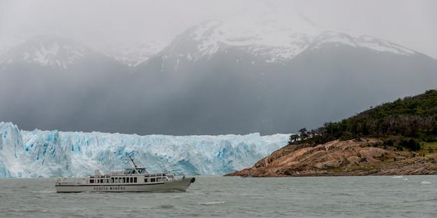Passeio de barco perto do glaciar perito moreno, lago argentino, parque nacional los glaciares, provincia de santa cruz
