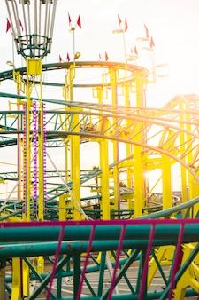 Passeio de montanha russa no parque de diversões