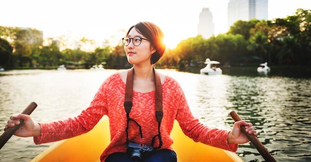 Passeio de mulher asiática no conceito de barco