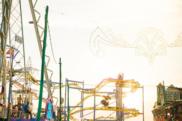 Passeio de parque de diversões contra o céu