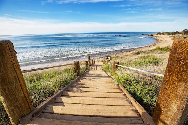 Passeio de tábuas de madeira em uma praia tropical na costa rica, américa central