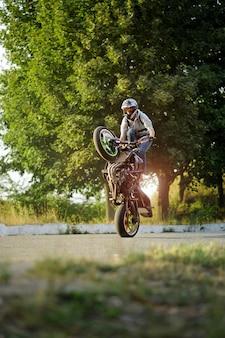 Passeio extremo de motocicleta no verão