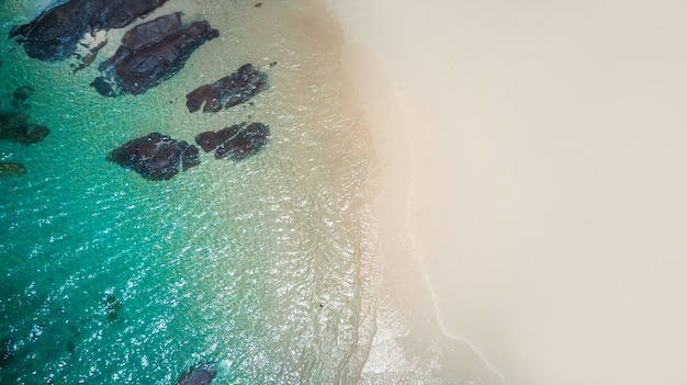 Passeio marítimo, rochas, pedras, areia no verão