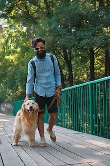 Passeio matinal com cachorro.
