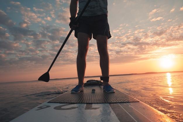 Passeio noturno de paddleboard em um lago pitoresco