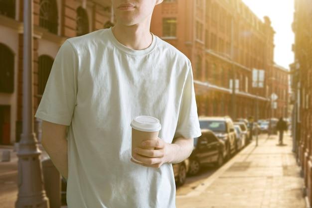 Passeio pela cidade com xícara de café de papel em lanchonete fast food