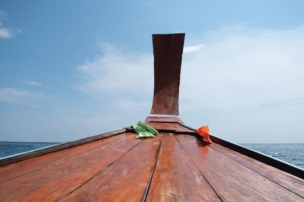 Passeios de barco ao longo da praia, mar, céu, sol, bela tailândia