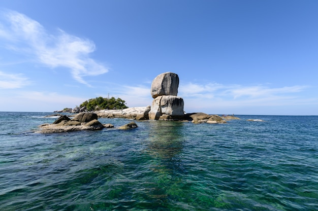 Passeios de barco turismo com grandes rochas naturais empilhados no mar tropical em lipe