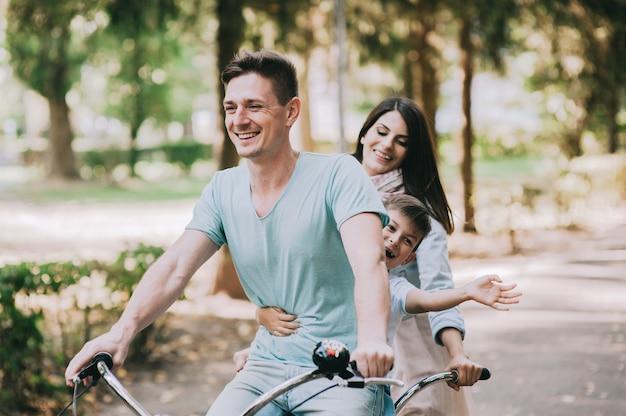 Passeios de bicicleta em família duplo