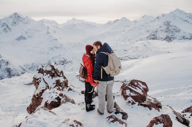 Passeios românticos nas montanhas no inverno.