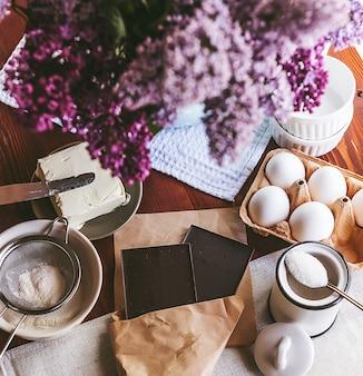 Passo a passo, o chef prepara uma sobremesa - fondant de chocolate. receita clássica.