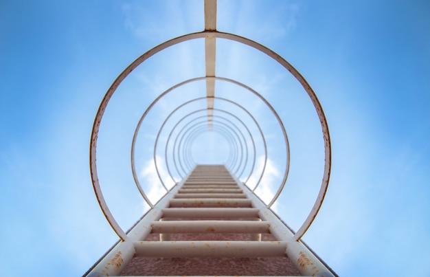 Passo de escada para o céu no edifício alto